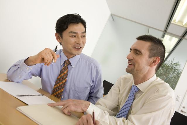 スタジオレッスン-文法学習をする会社員男性